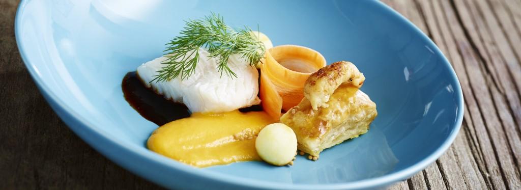 Hvidvinsdampet torsk med gulerod, rødbede, syltet æble og lille tærte med hummersouffle