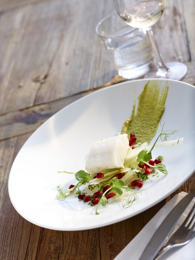 Hvidvinsdampet vesterhavs torsk med ærtepure, fennikel og granatæble